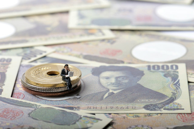 お金とミニチュアのサラリーマン
